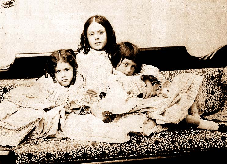 La Chambre Claire - Page 16 Alice_Liddell_with_sisters