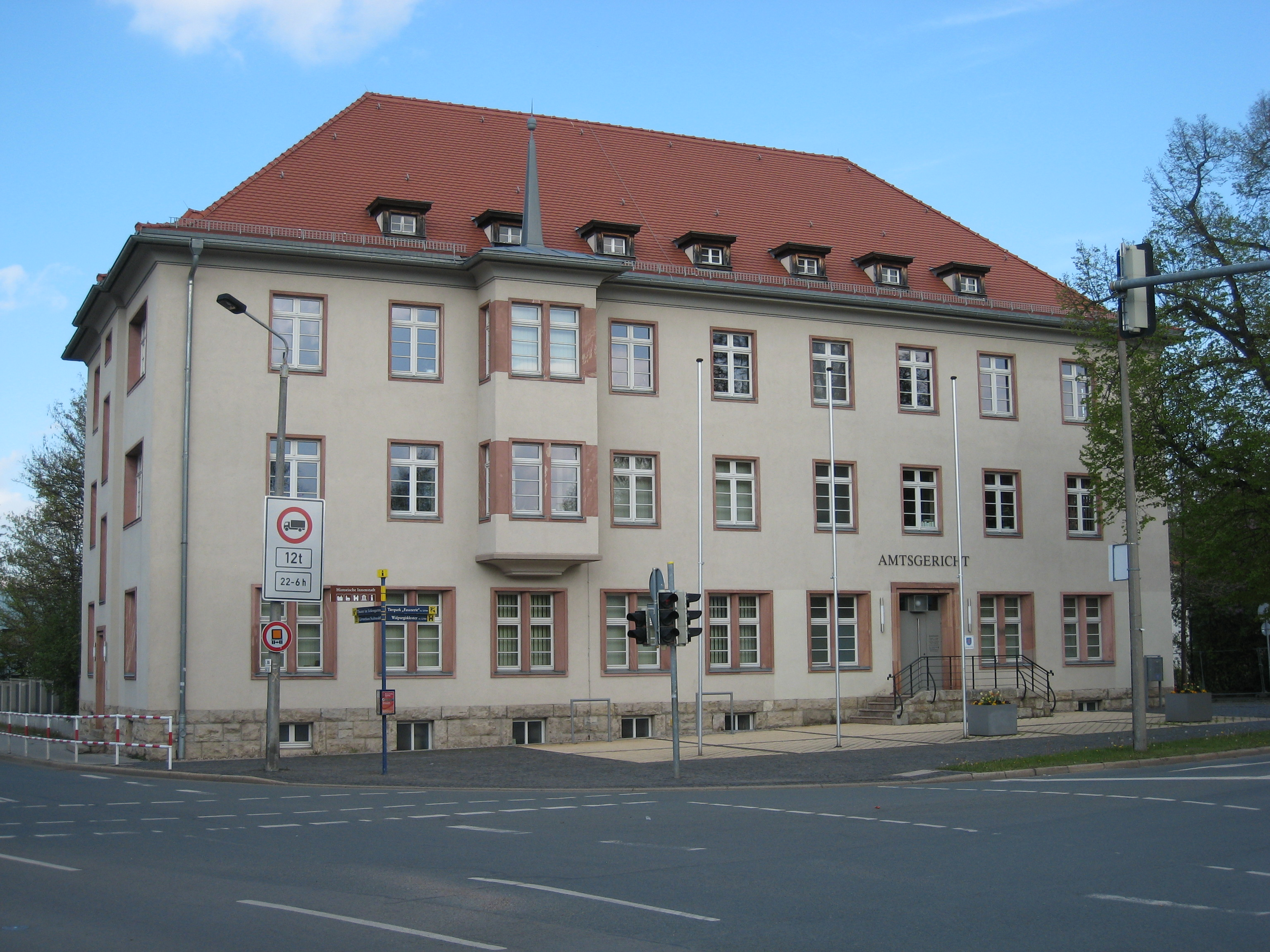 https://upload.wikimedia.org/wikipedia/commons/a/a2/Amtsgericht_tribunal_Arnstadt.JPG