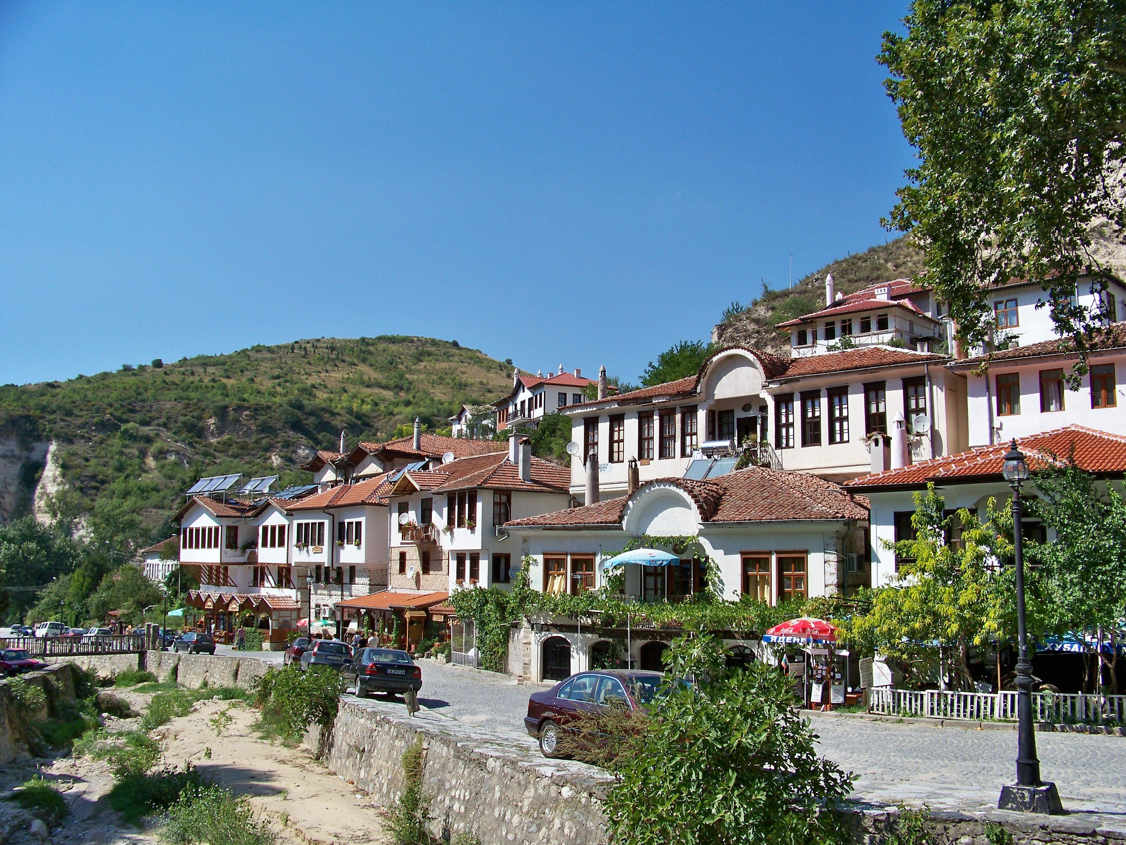 https://upload.wikimedia.org/wikipedia/commons/a/a2/Bulgaria_Melnik-04.jpg