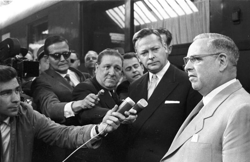 Bundesarchiv Bild 183-64094-006-Teil 2, Genf, Aussenministerkonferenz, Ankunf Dr. Bolz