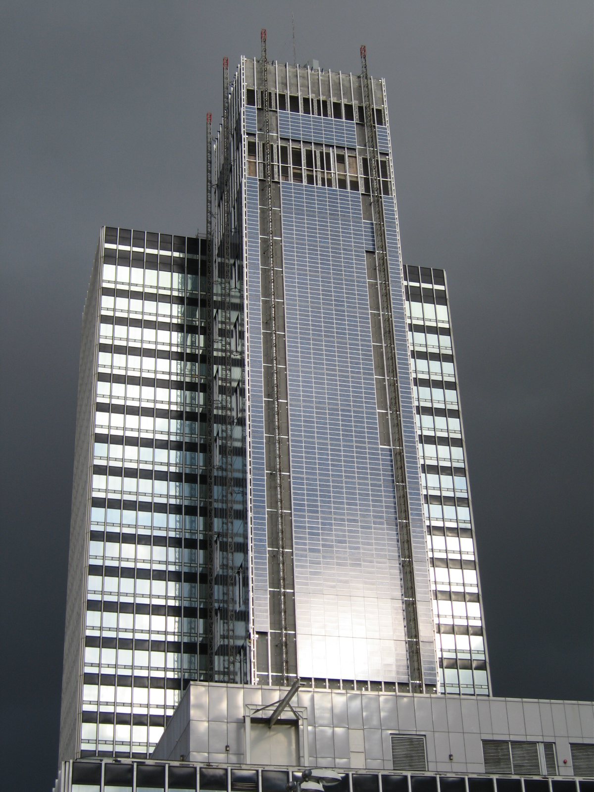 File Cis Tower Manchester Being Clad In Pv Tiles Jpg