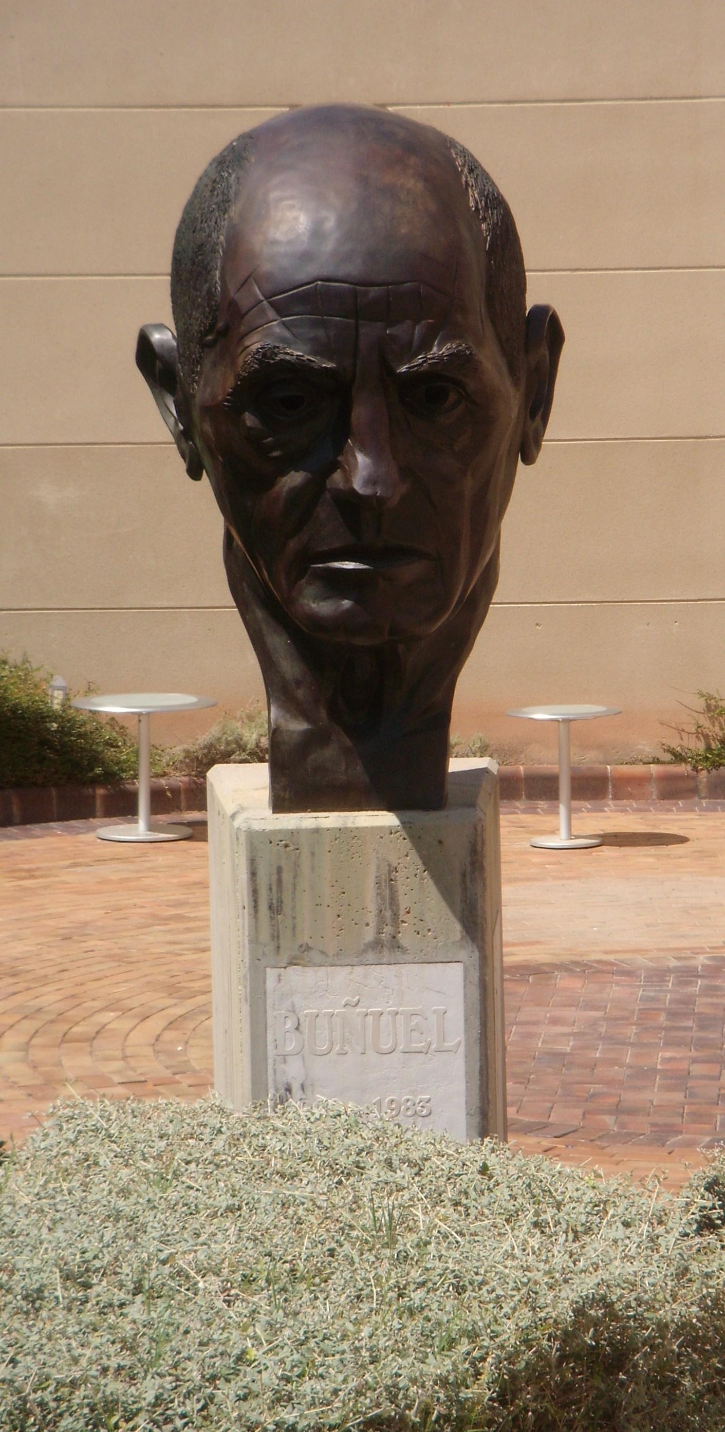 Cabeza de Luis Buñuel, obra del escultor Iñaki, en el Centro Buñuel Calanda.