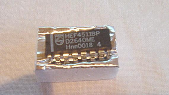 A CMOS 4000 IC in a DIP