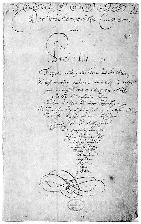 """Carátula original de la copia manuscrita de Johann Sebastian Bach de <em>El clavecín bien temperado</em>. Dice en alemán (con la letra manuscrita de Bach: «El """"[instrumento de] teclado bien temperado"""", o preludios y fugas en todos los tonos y semitonos, ambos con la tercera mayor o <em>ut</em>, <em>re</em>, <em>mi</em> y con la tercera menor o <em>re</em>, <em>mi</em> <em>fa</em>, están compuestos para la práctica y el provecho de los jóvenes músicos deseosos de aprender y para el entretenimiento de aquellos que ya conocen este arte»."""