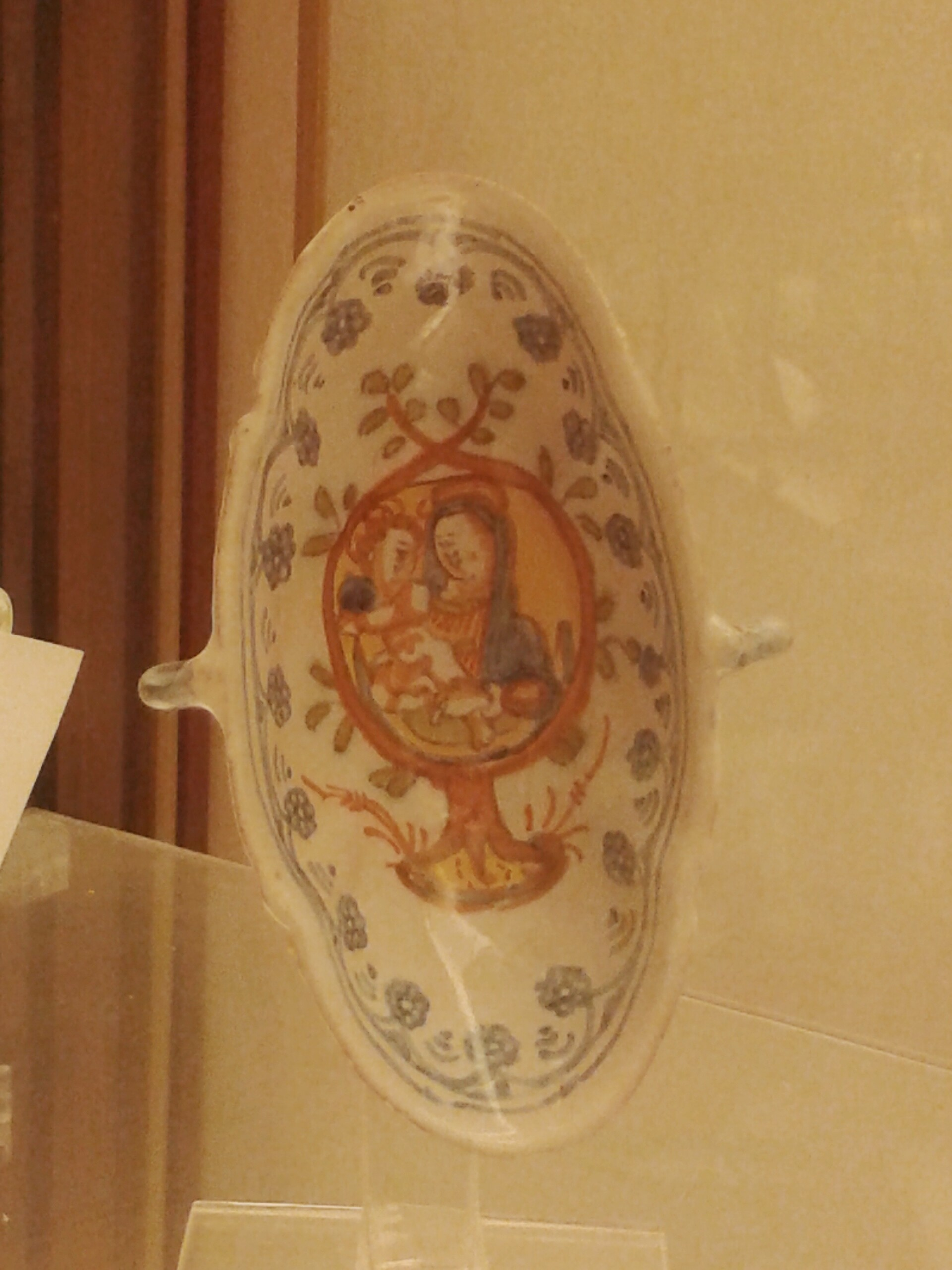 File:Deruta, vaschetta biansata con la Madonna del Bagno, seconda metà del seicento.jpg ...