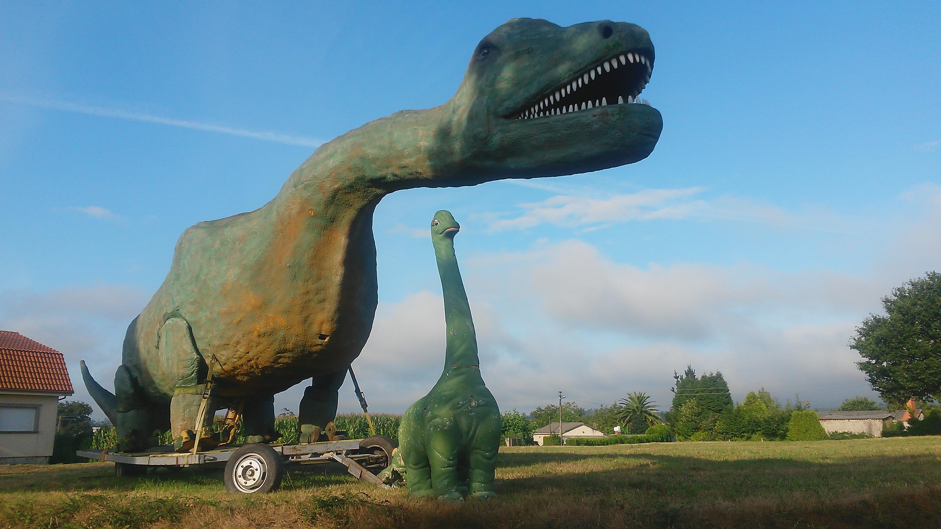 Archivo:Estatuas de dinosaurios en el Concello de Ordes (A Coruña ...