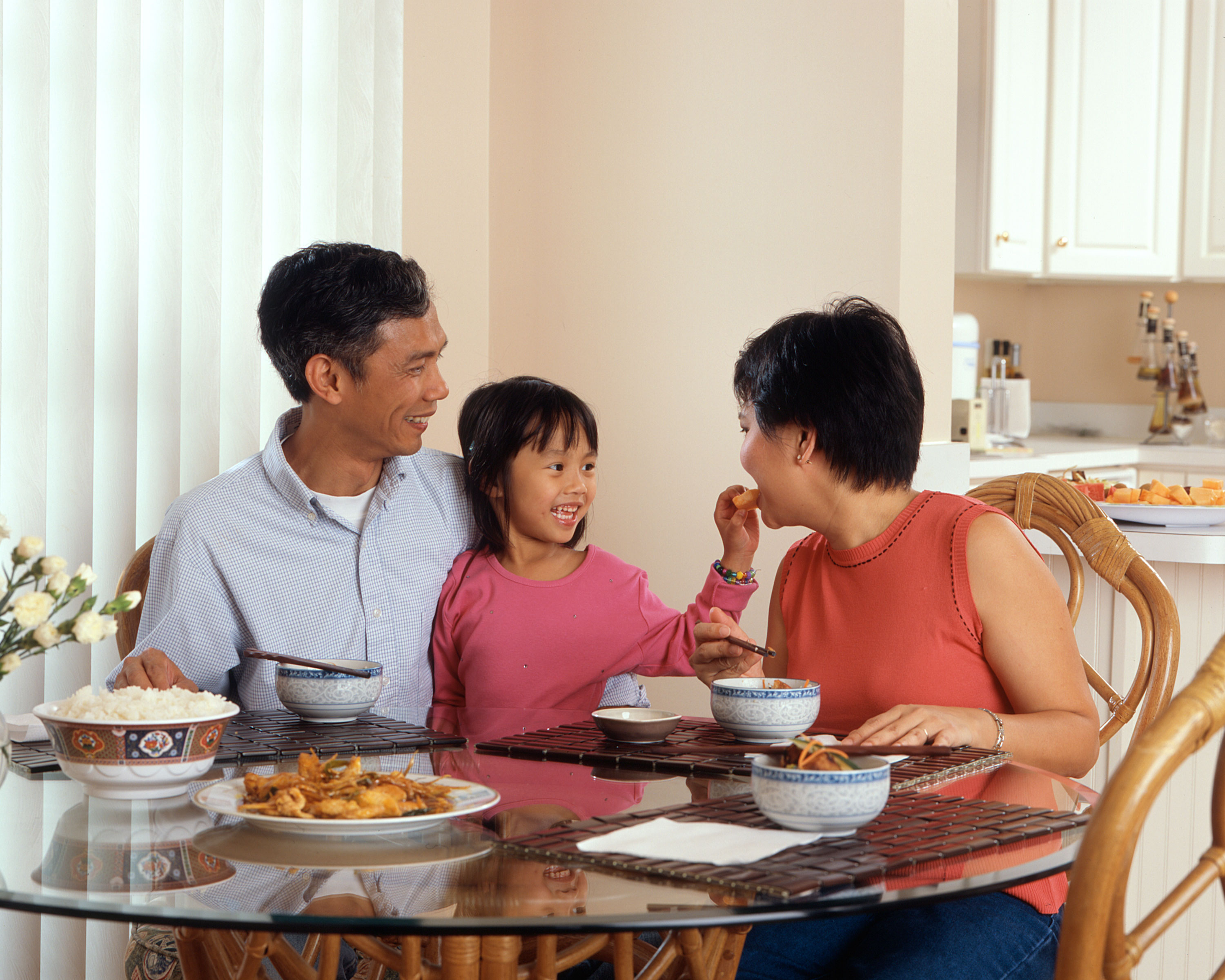 File family eating a meal 1 jpg wikimedia commons for Japanese eating table