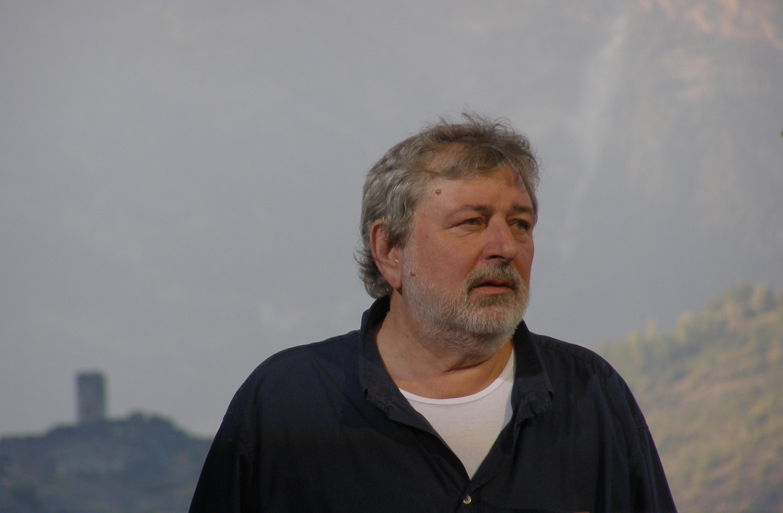 Desde hace años Guccini vive de forma estable en Pàvana (Pistoia) y solo ocasionalmente se dirige Módena o Bolonia donde, de todas formas, posee casa