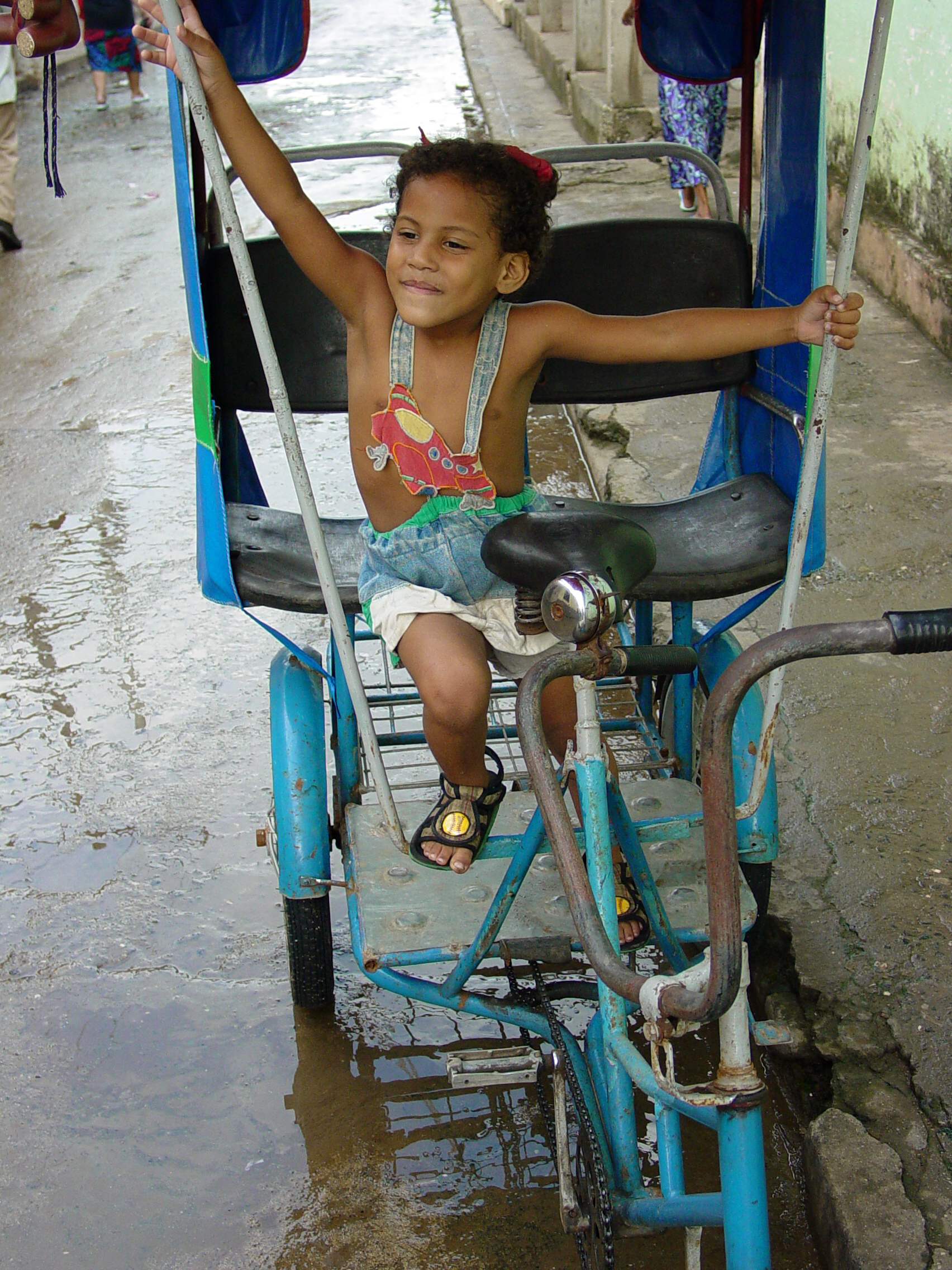 Description Girl Plays in a Pedicab - Baracoa - Cuba.jpg
