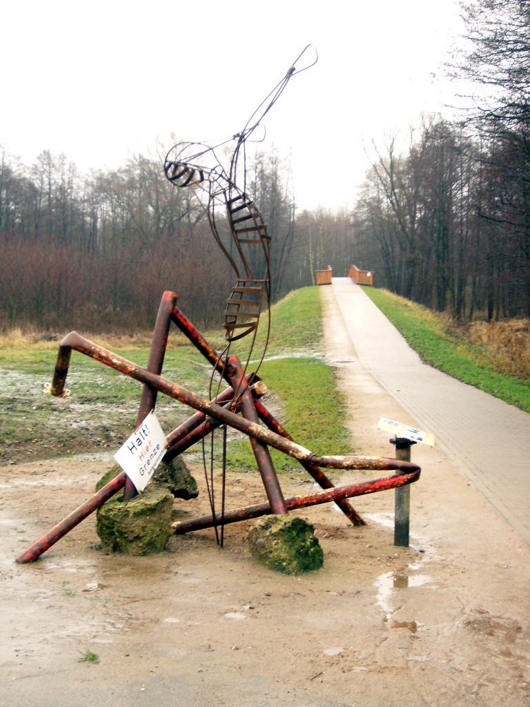 Skulptur Grenzenüberwinden - Quelle: WikiCommons