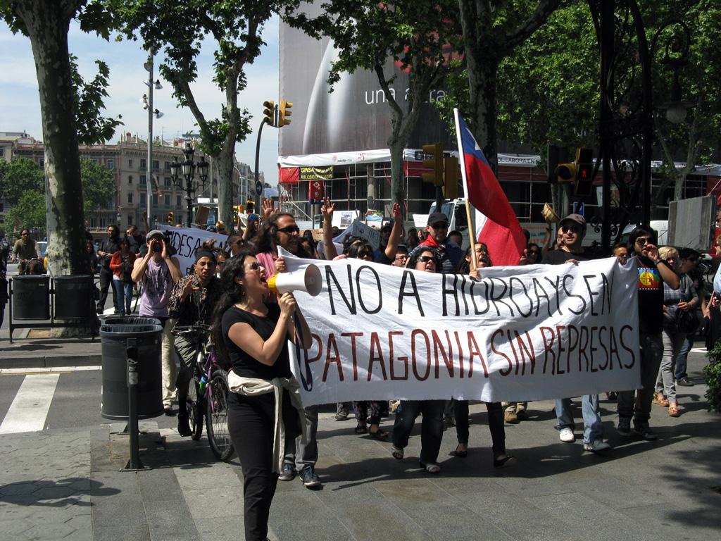 Manifestación contra HidroAysén realizada por chilenos en Barcelona, España, el 12 de mayo de 2011.
