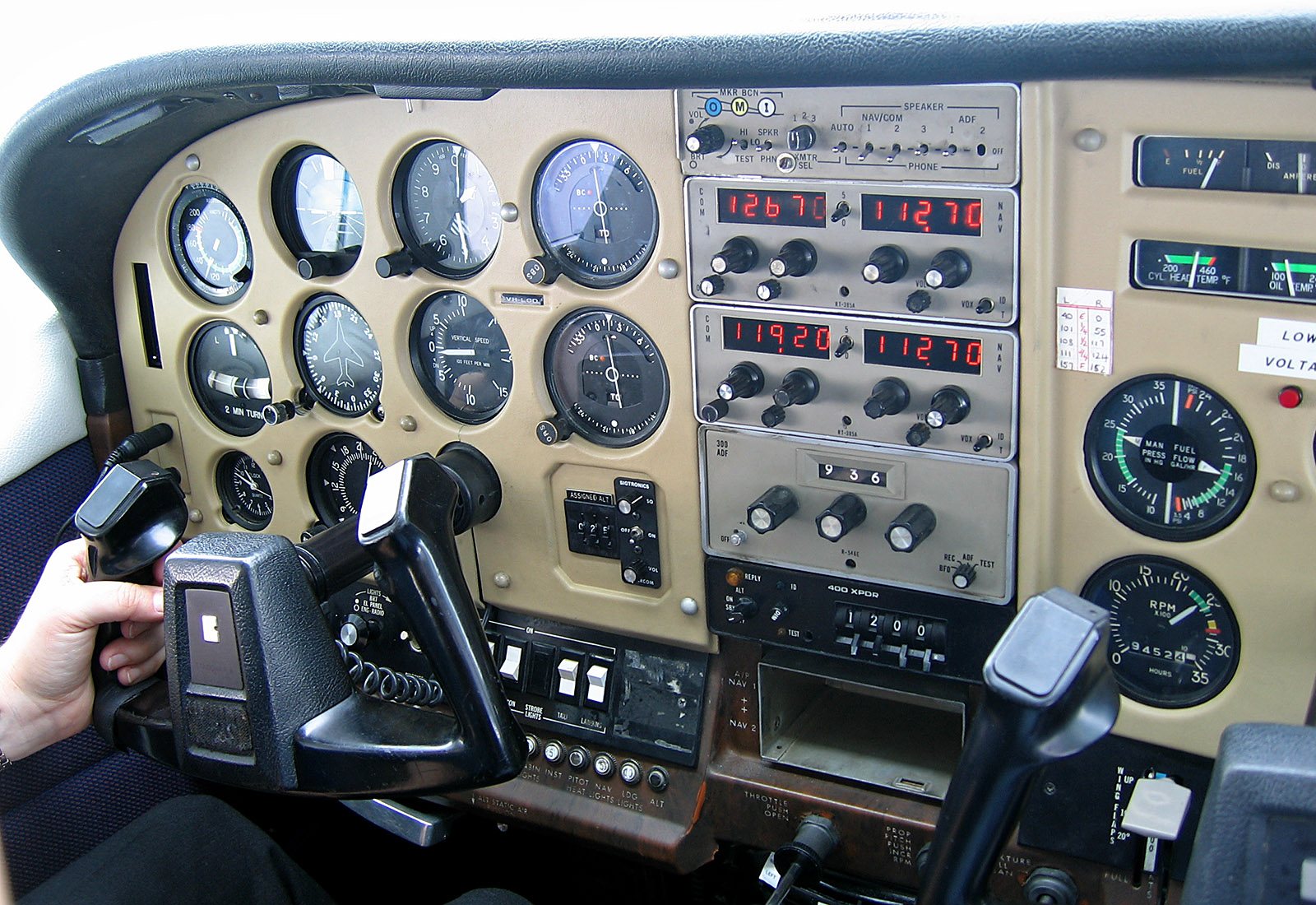 File:Instrument Panel of a Cessna in Tasmania, jjron, 9 4
