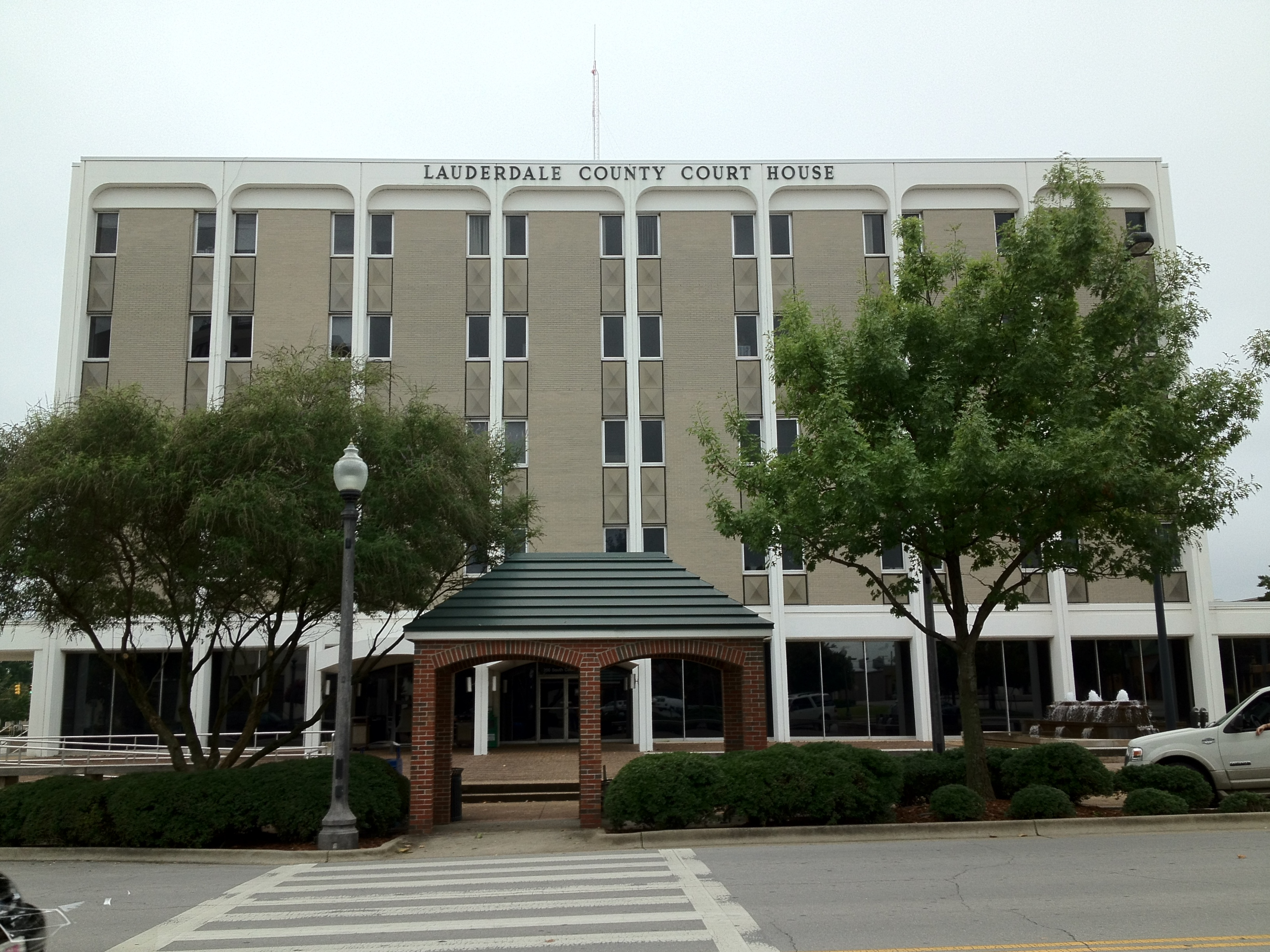 File:Lauderdale County Courthouse in Florence, Alabama.JPG ...