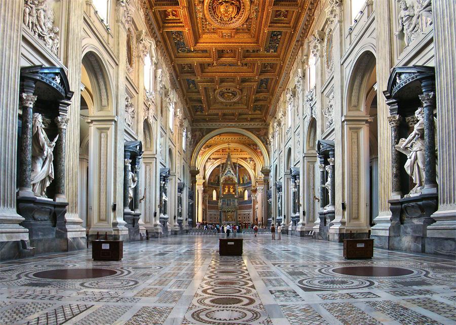 Nef de la Basilique Saint-Jean-de-Latran à Rome. Avec sa longueur de 121,84 mètres, cette Basilique se classe au 15è rang parmi les plus grandes églises au monde. Photo de Tango7174
