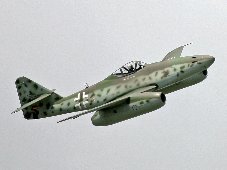 """Развивая скорость 900 км/час, эта машина имела радиолокатор и мощные пушки. Для сравнения – поршневые истребители того времени выжимали максимум 710 км/час. В первом же воздушном бою с американцами """"Ме-262"""" уничтожили двадцать четыре """"летающих крепости"""" и пять истребителей сопровождения, со своей стороны потеряв всего лишь две машины. """"Ме-262"""" успешно сбивали скоростные британские бомбардировщики """"Москито"""", скорость которых превышала 600 км/час. Причем, """"Ме-262"""" серийного образца это еще машина с дозвуковым, прямым крылом и двумя турбореактивными двигателями """"Юнкерс Юмо"""" с тягой по 900 килограммов. А уже строился """"Ме-262HGЗ"""" со стреловидными плоскостями и форсированными двигателями """"HеS011"""" тягой по 1320 кило и расчетной скоростью 1000 км/час!"""