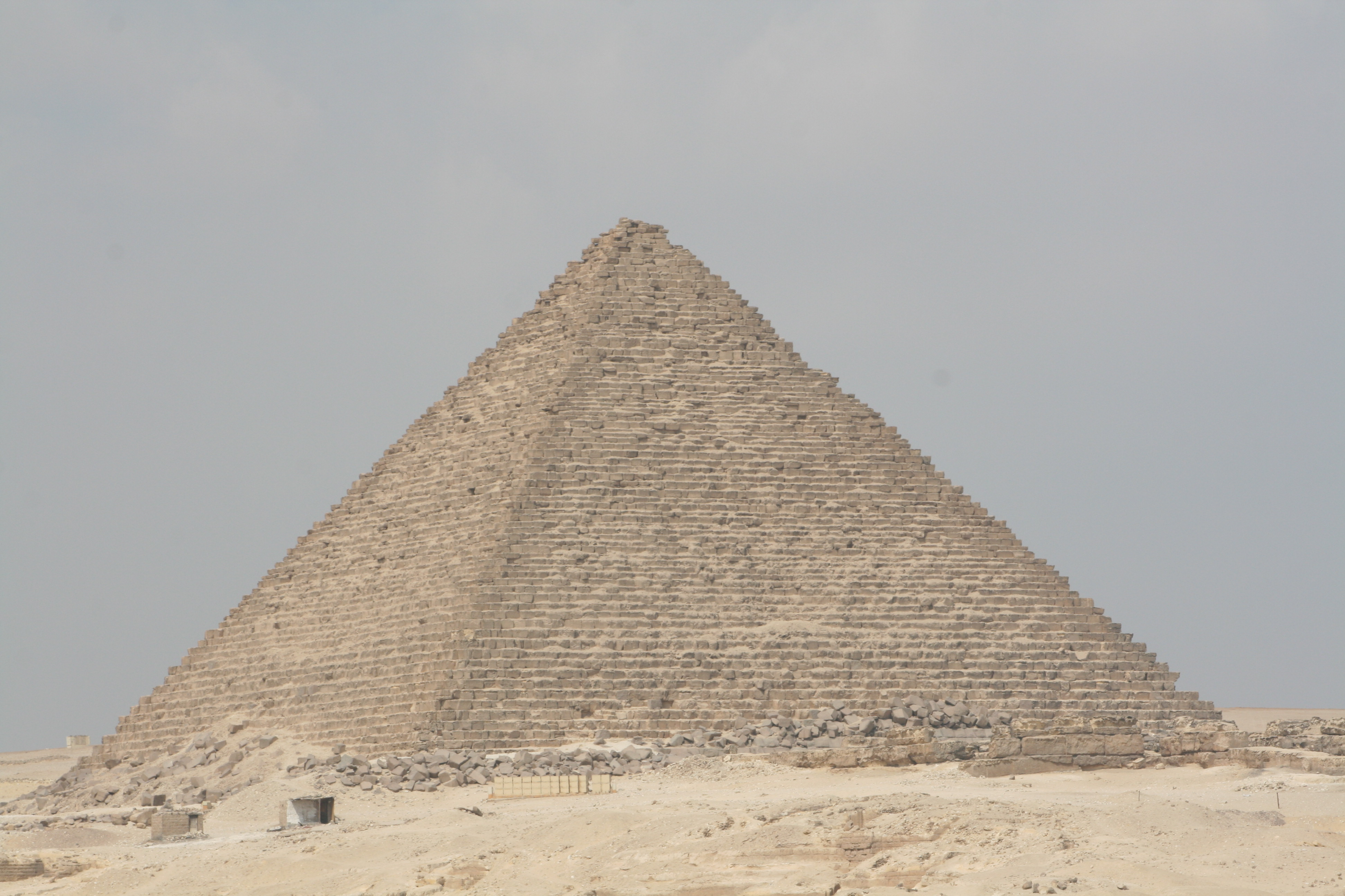 a description of the great pyramids as the oldest of seven wonders The great pyramid at giza is the only one of the seven wonders that is still standing today built by the egyptians in the third century bce, the great pyramid is one.