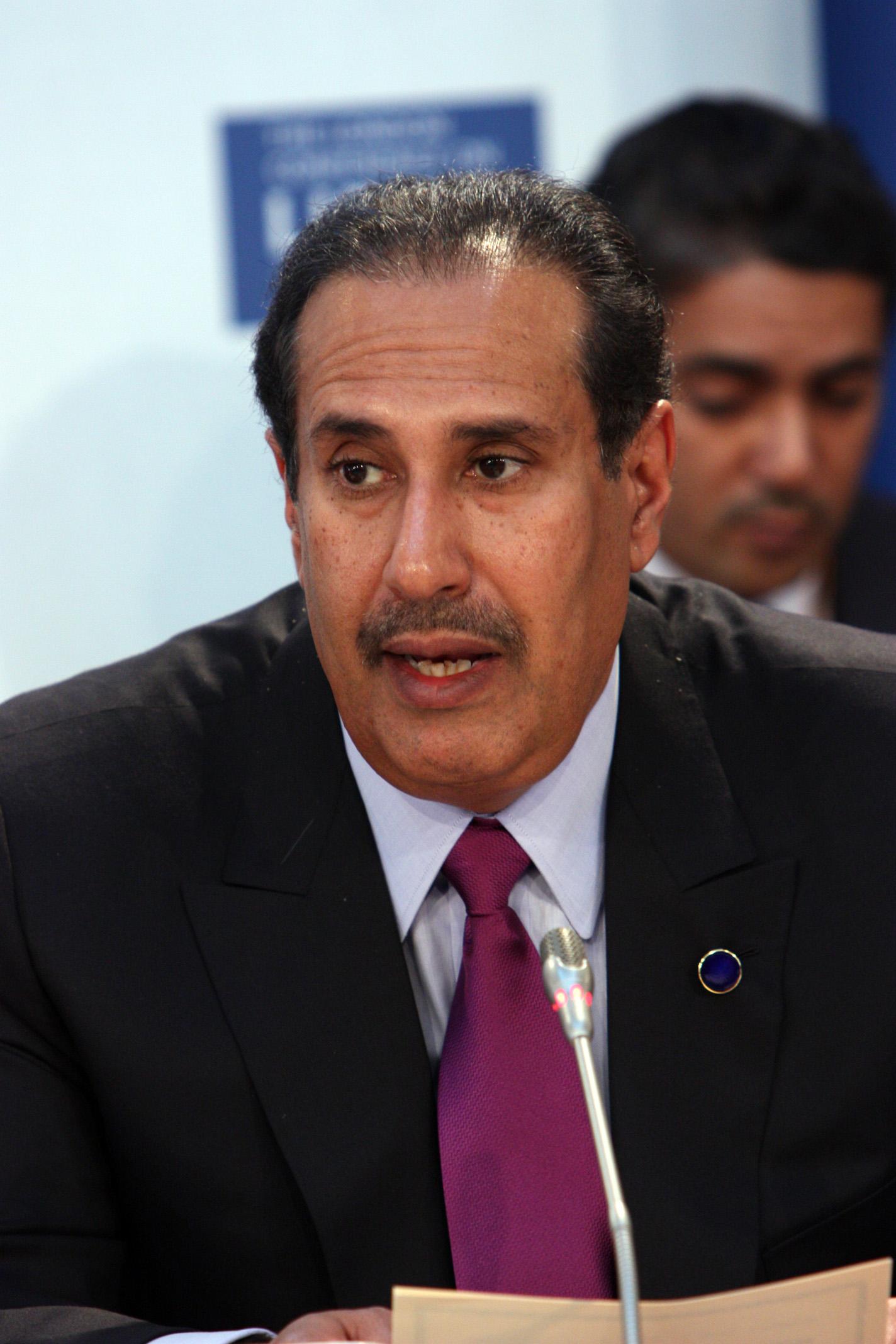 صورة رئيس وزراء قطر الأسبق يحلق شعر فلاح بن حمد تثير تفاعلا Cnn