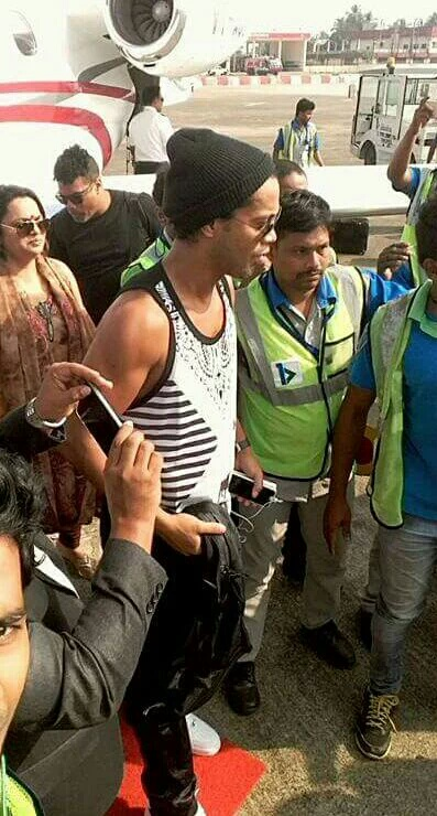 Ronaldinho at calicut airport.jpg