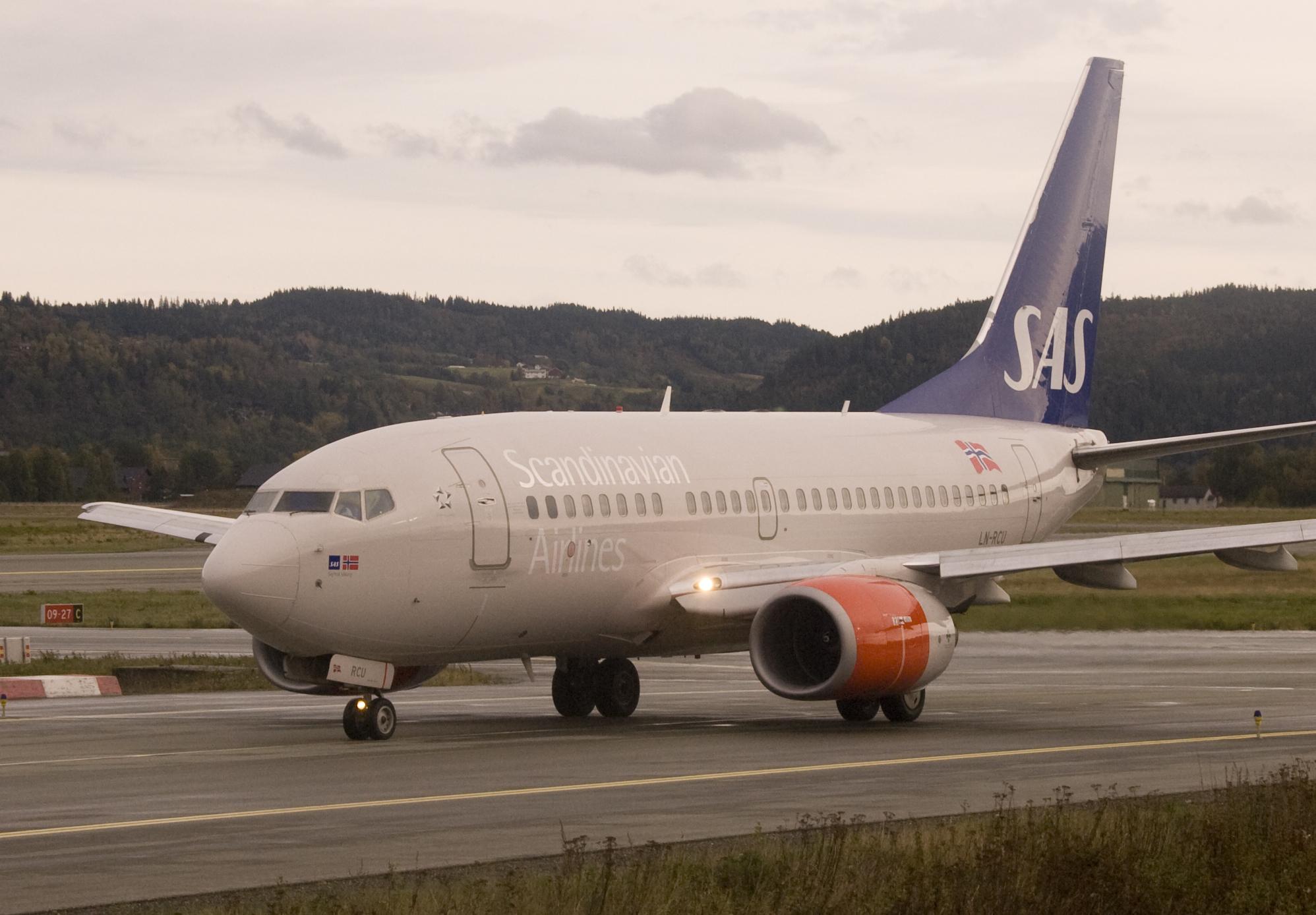 File:SAS LN-RCU Boeing 737-600 at Værnes.jpg