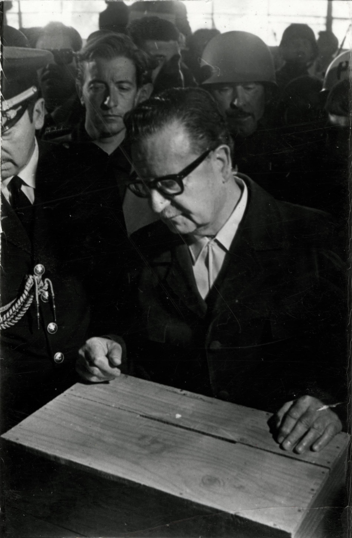 Salvador Allende votando en las elecciones parlamentarias de 1973.