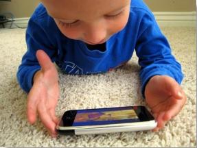 Schon kleine Kinder nutzen Smartphones
