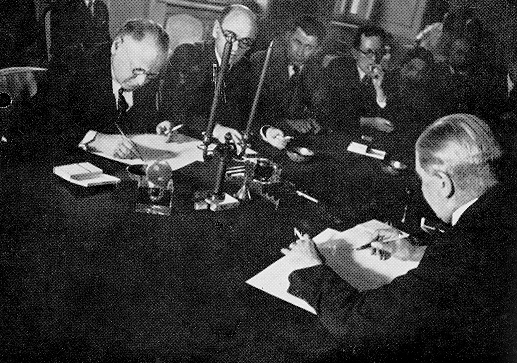 The non-aggression pact signed by Aarno Yrjo-Koskinen and Maxim Litvinov, Moscow, 1932 Soviet-finnish-nonaggression-pact (protokol 1934).jpg
