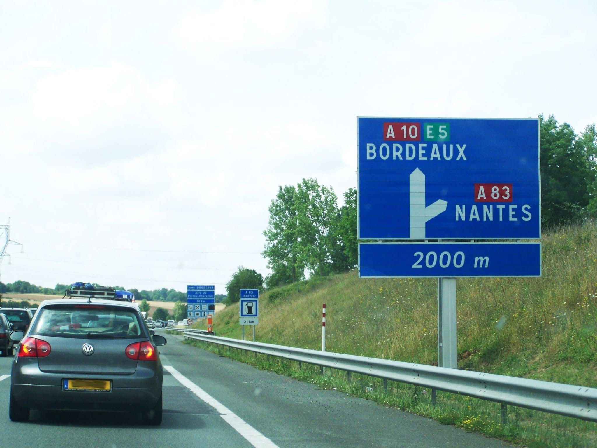 File bifurcation a10 a83 jpg wikimedia commons for Restaurant autoroute