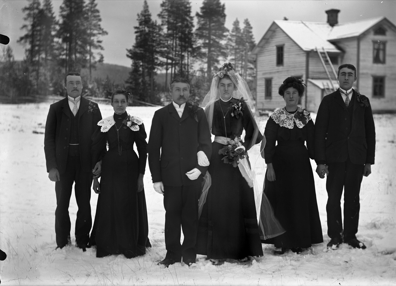 Lantligt Bröllop Stockholm ~ File Bröllop Brudpar, bruden i svart klänning och vit slöja Bodums socken,ångermanland