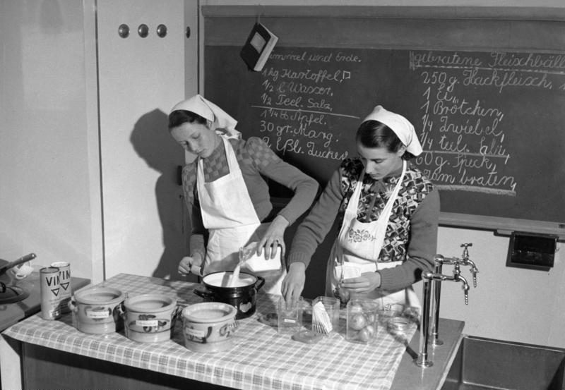 Münsterschule 1954 - Kuchen backen - Quelle: Wikicommons