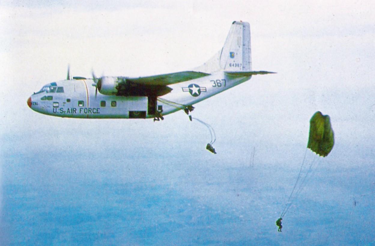 Letoun C-123B Provider USAF vysazuje jihovietnamské výsadkáře při společném cvičení v roce 1966