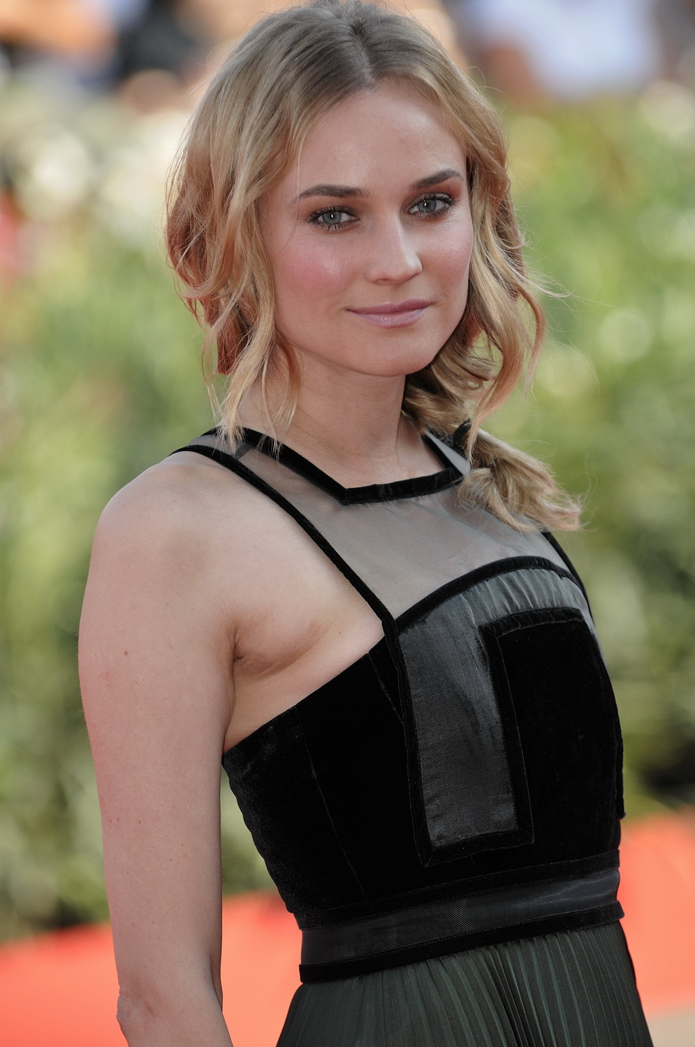 The 41-year old daughter of father Hans-Heinrich Heidkrüger and mother Maria-Theresa Heidkrüger, 170 cm tall Diane Kruger in 2018 photo
