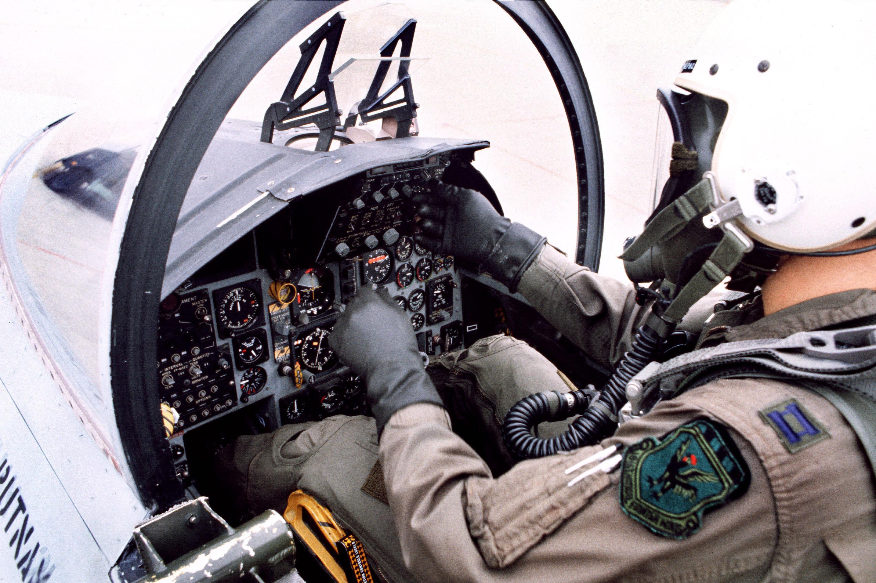 File:F-15D Eagl... F 15 Cockpit