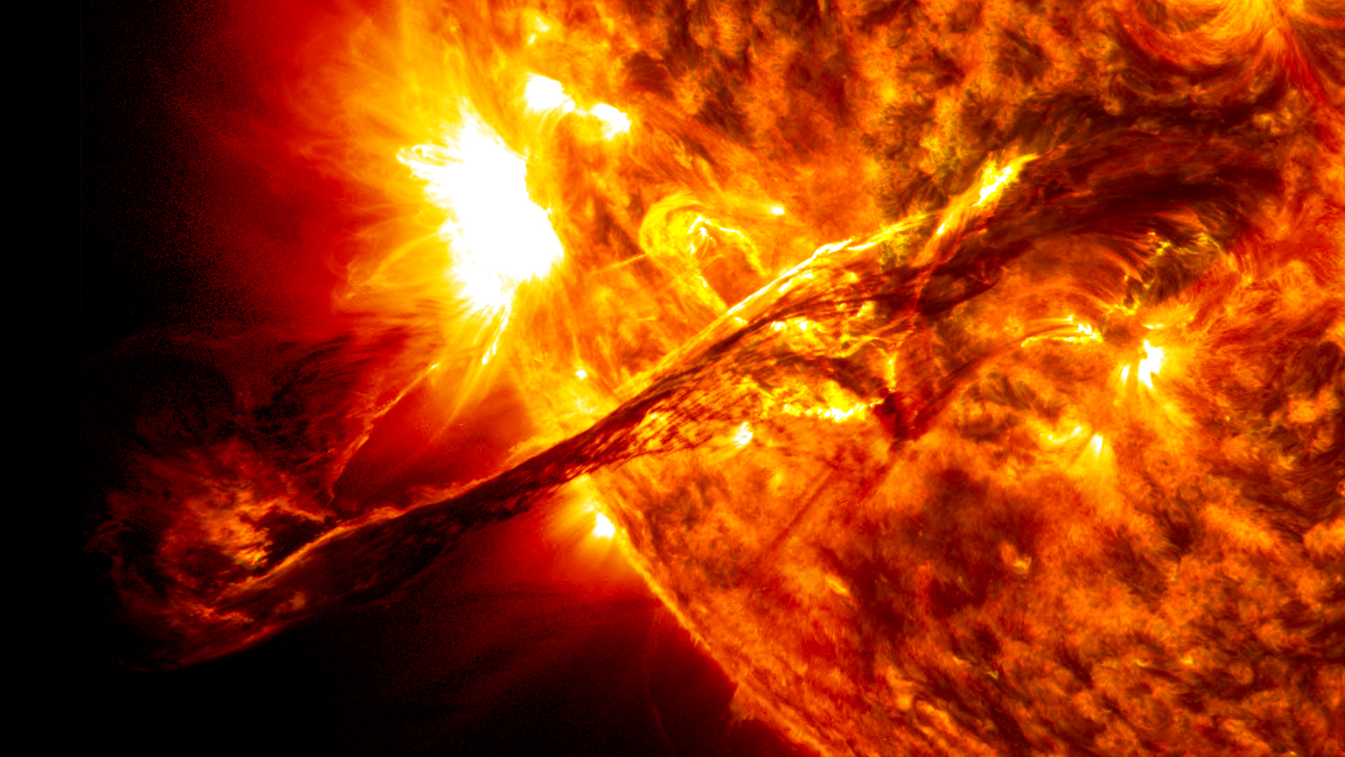 http://upload.wikimedia.org/wikipedia/commons/a/a3/Giant_prominence_on_the_sun_erupted.jpg
