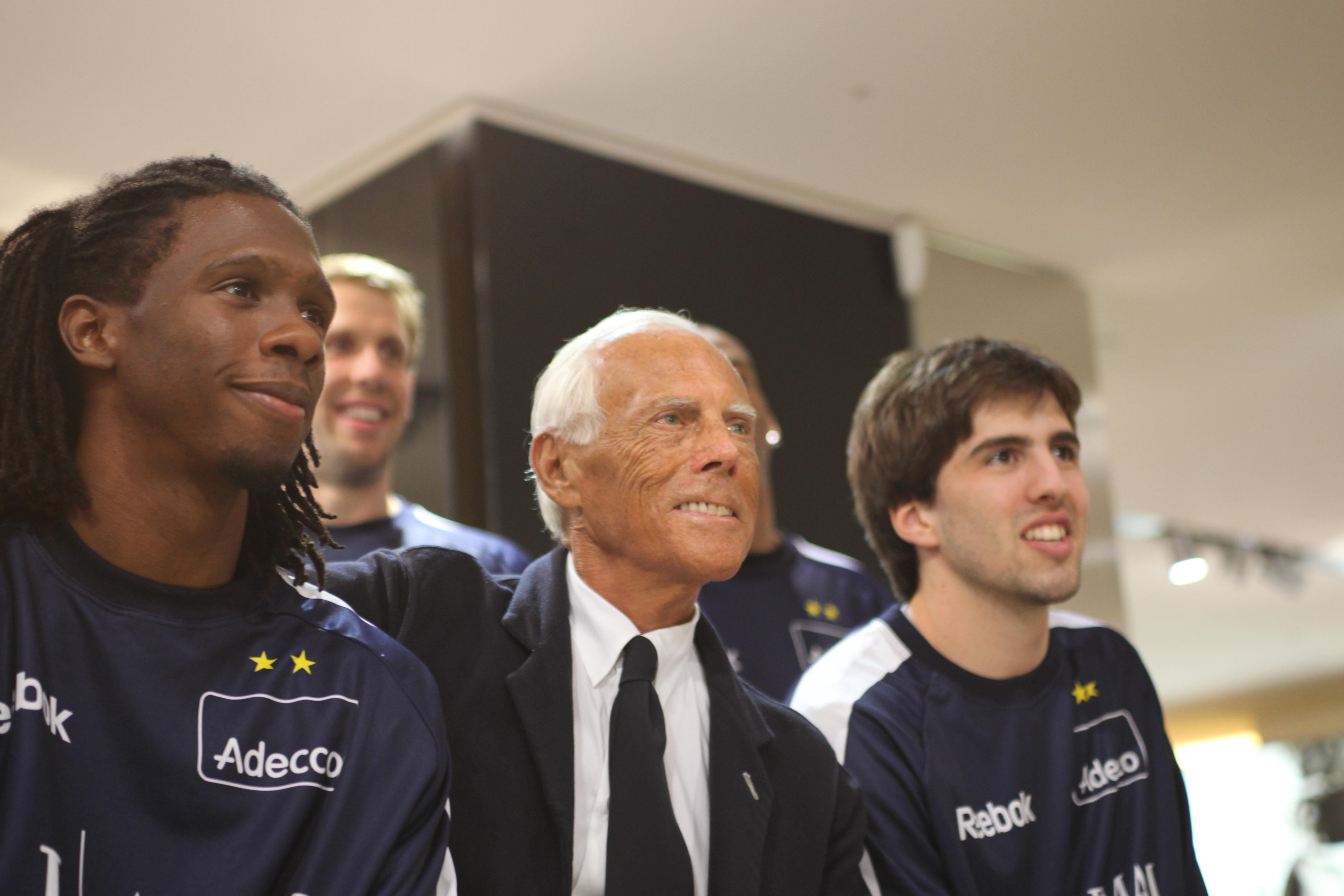 b183ed0043f Giorgio Armani nel 2009 insieme ad alcuni giocatori dell Olimpia Milano