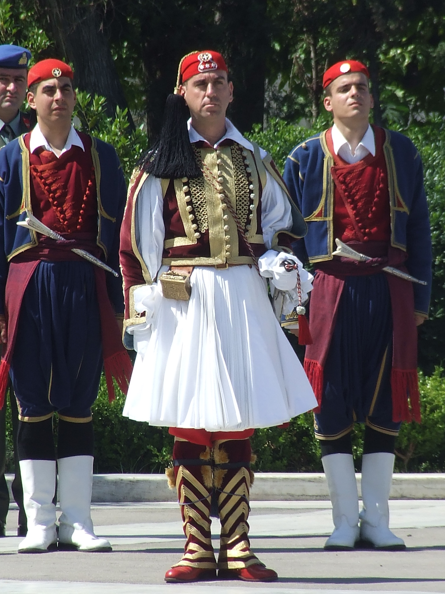 https://upload.wikimedia.org/wikipedia/commons/a/a3/Greek_guard_uniforms_1.jpg