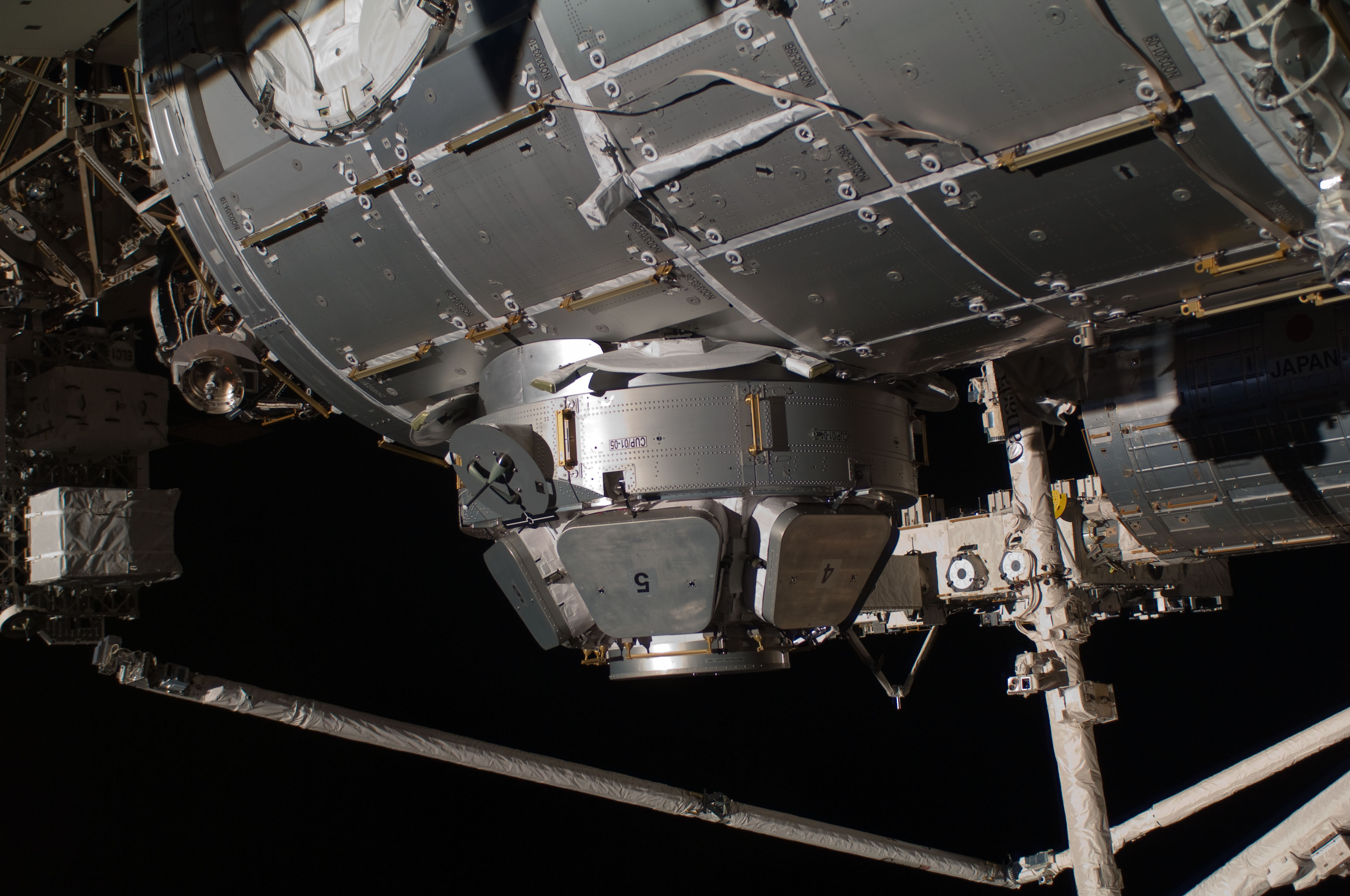 http://upload.wikimedia.org/wikipedia/commons/a/a3/ISS_STS-130_EVA3_Cupola.jpg
