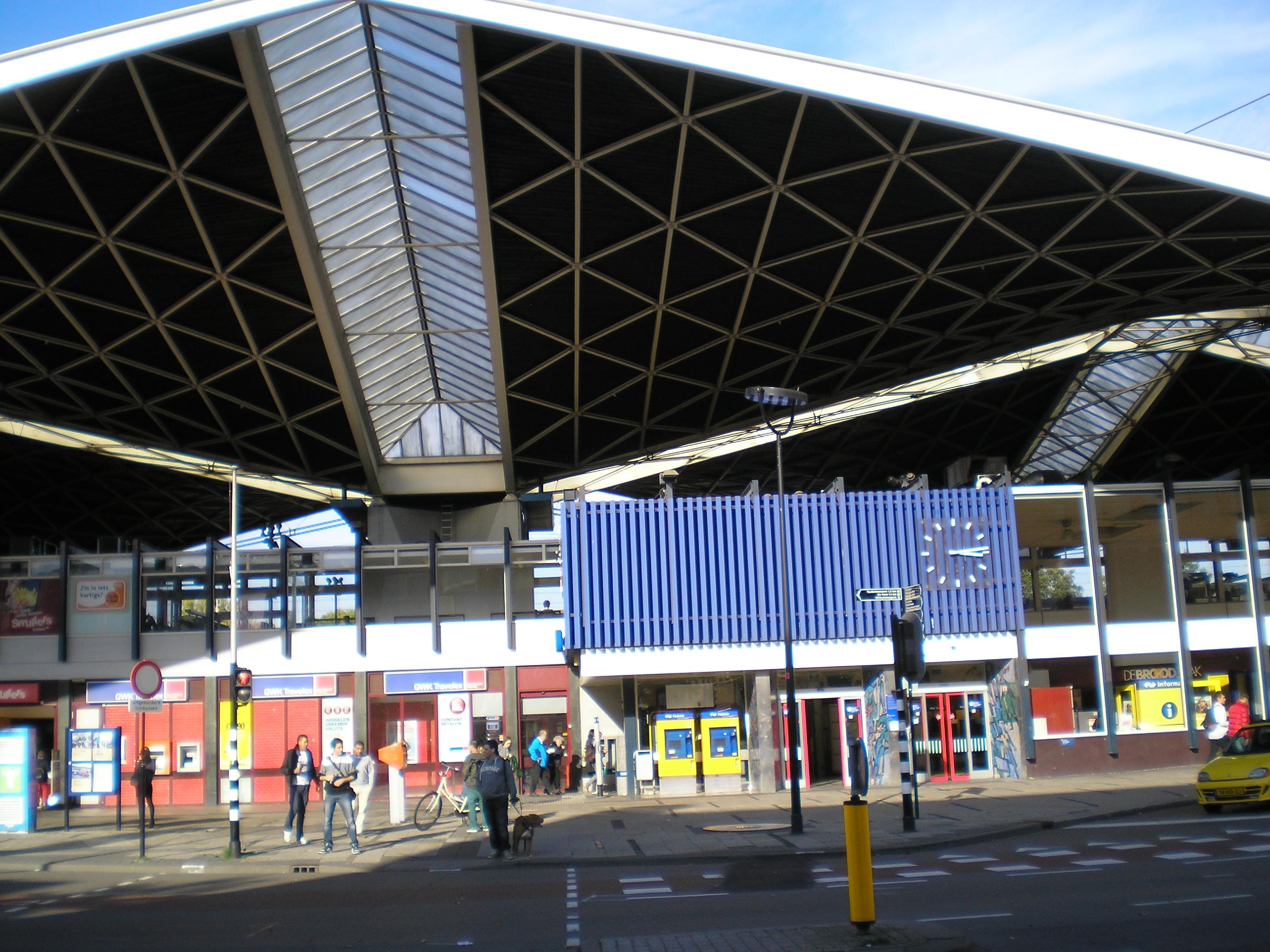 File ingang centraal station spoorlaan tilburg nederland for Interieur nederland