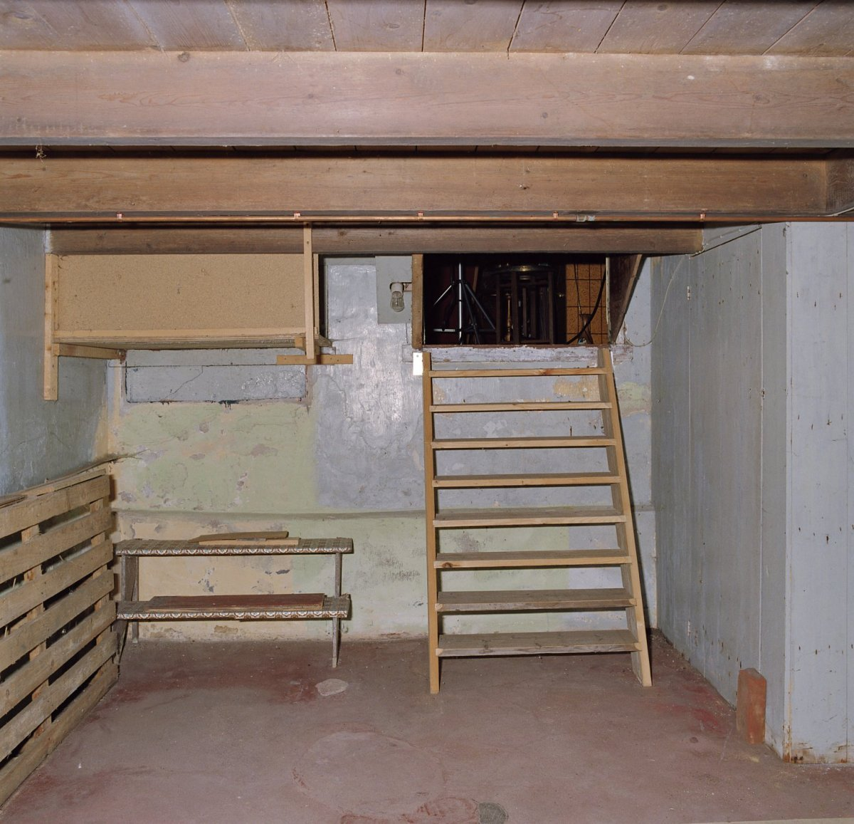 ouderwetse slaapkamer : kelder met trap naar de slaapkamer Valthermond ...