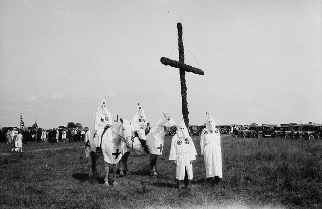 https://upload.wikimedia.org/wikipedia/commons/a/a3/Ku_Klux_Klan_at_a_gathering_near_Kingston,_Ontario_in_1927.jpg