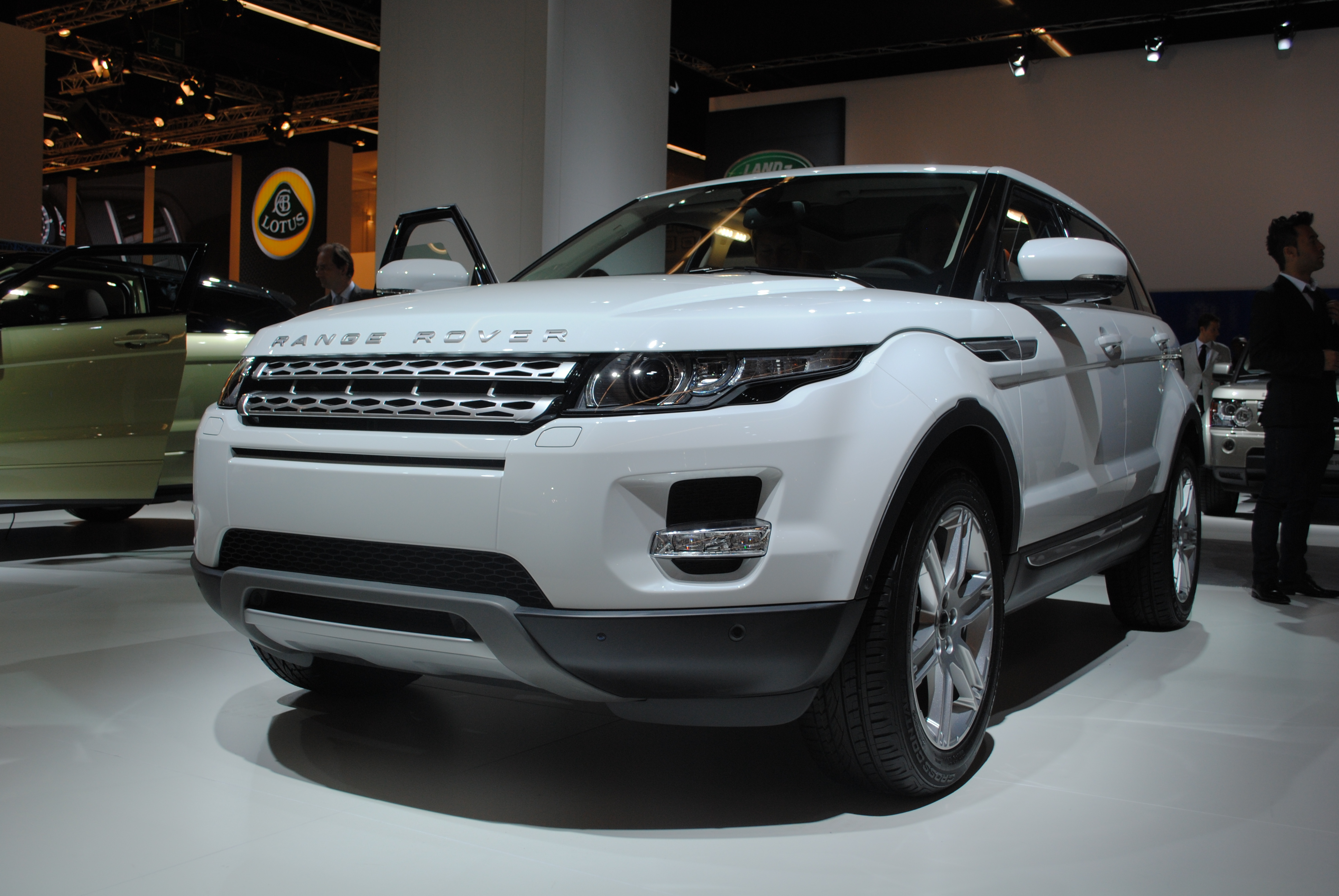 https://upload.wikimedia.org/wikipedia/commons/a/a3/Land_Rover_Range_Rover_Evoque_SD4_at_the_Frankfurt_Motor_Show_IAA_2011_%286149794390%29.jpg