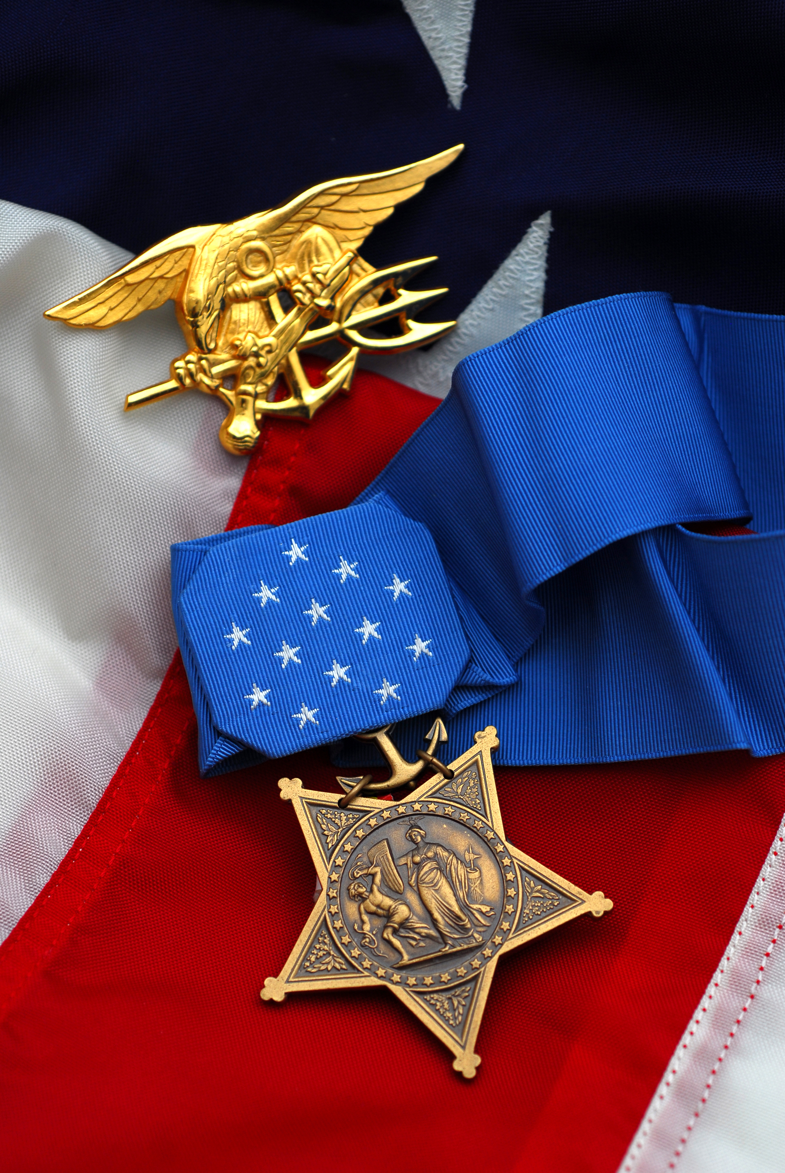 Description Michael A. Monsoor - Medal of Honor 080314-N-3404S-115.jpg