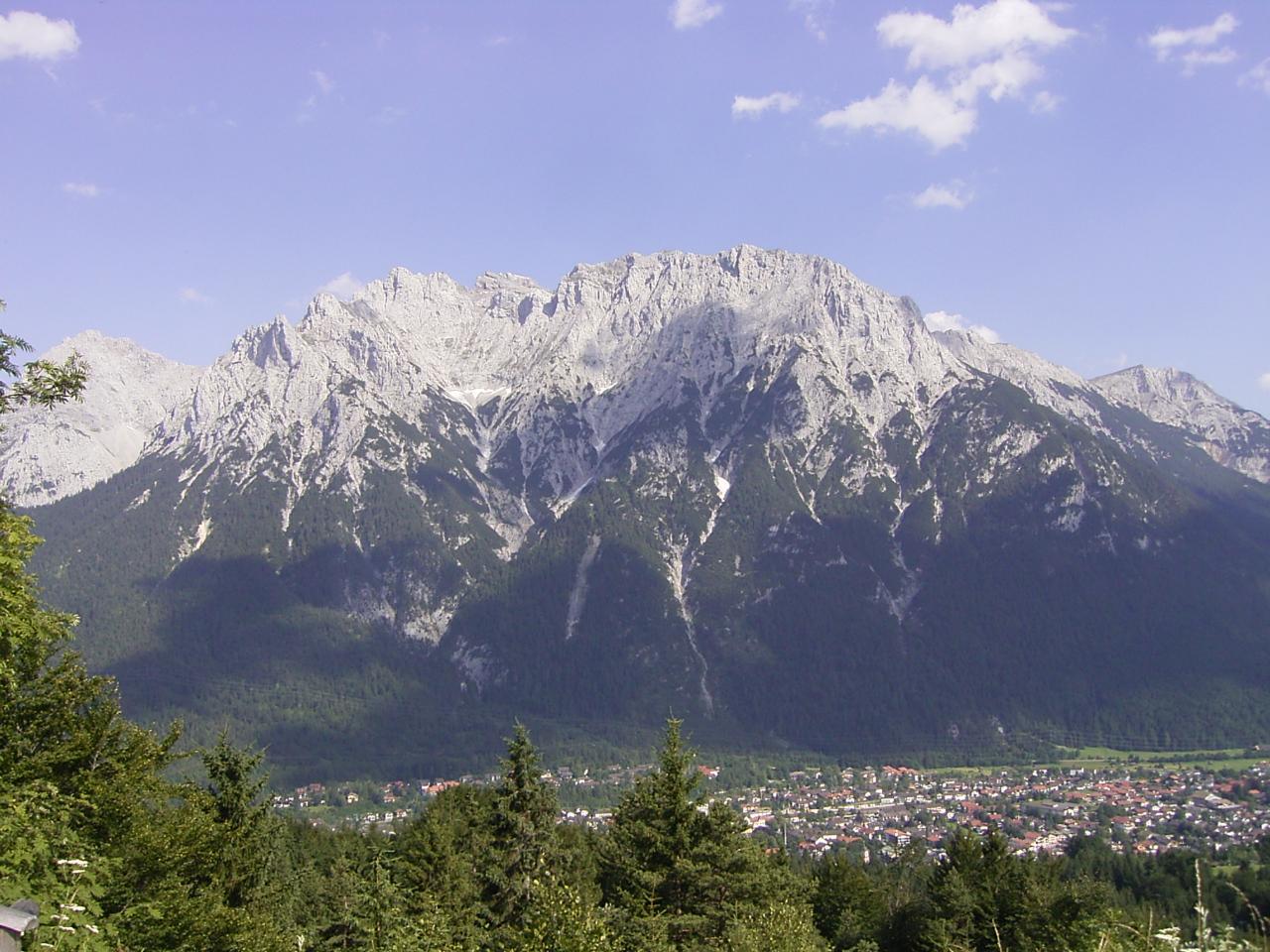 Mittenwald vanaf Hohen Kranz 2005.jpg
