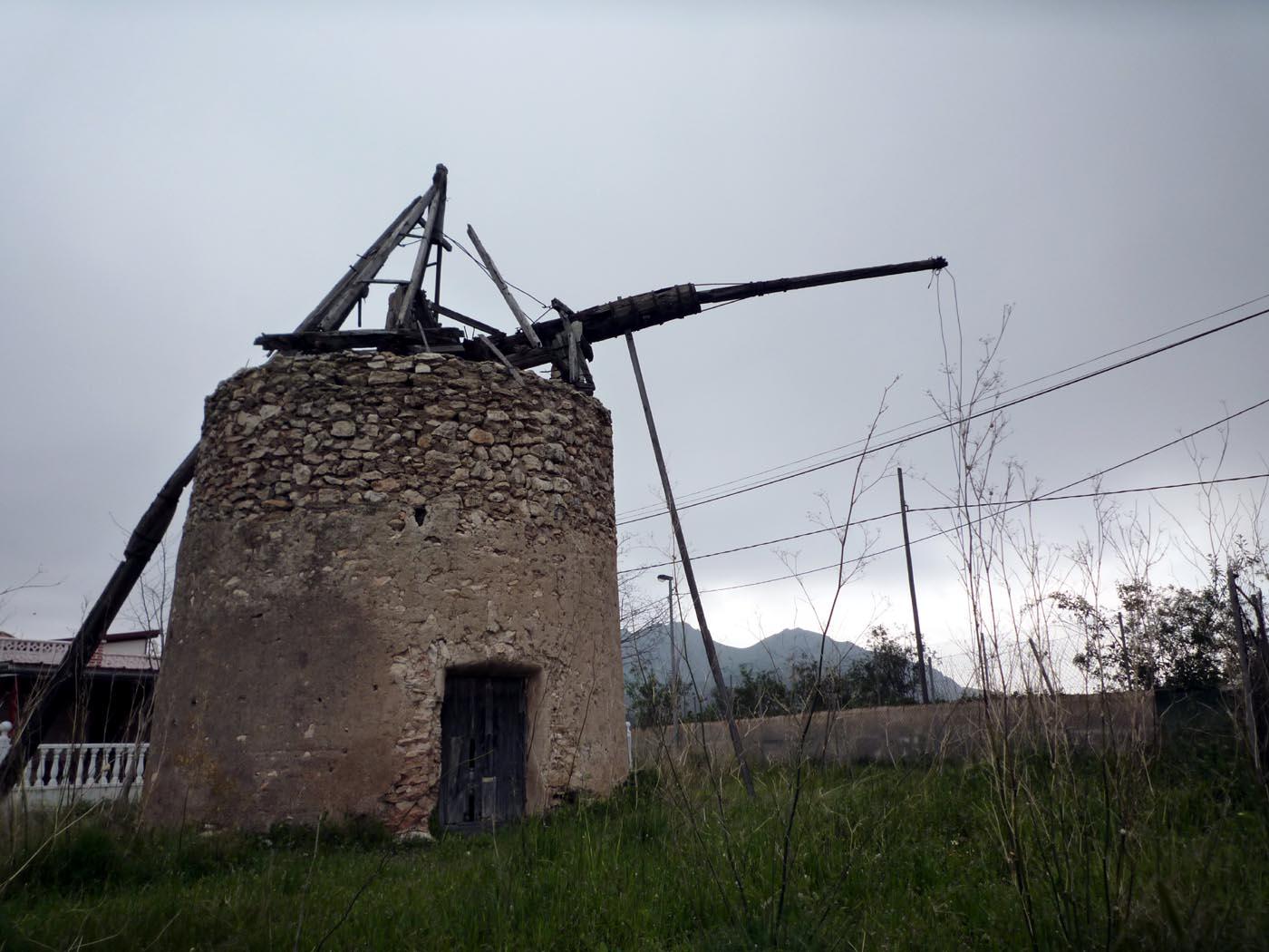 Molinos de viento y arquitectura del campo de cartagena for Piscina molino de viento y sombrilla