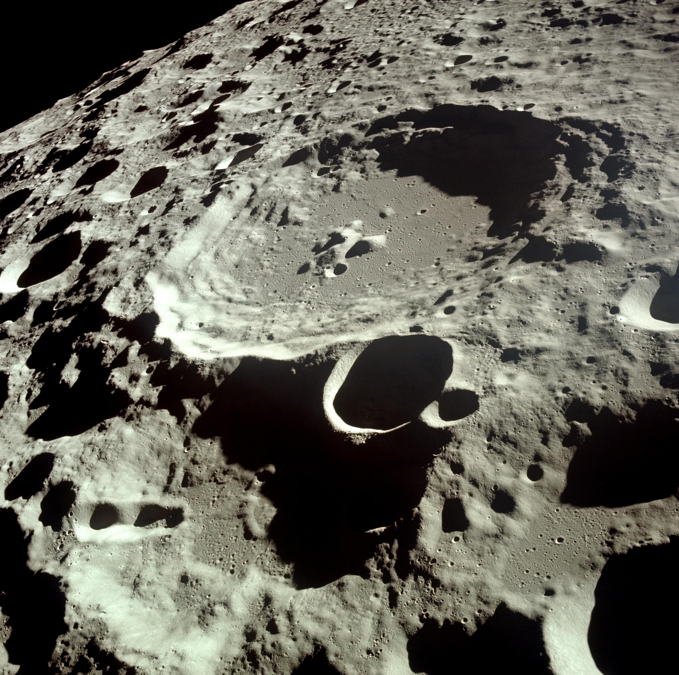Кратер Дедал. Фотография с борта Аполлона-11.