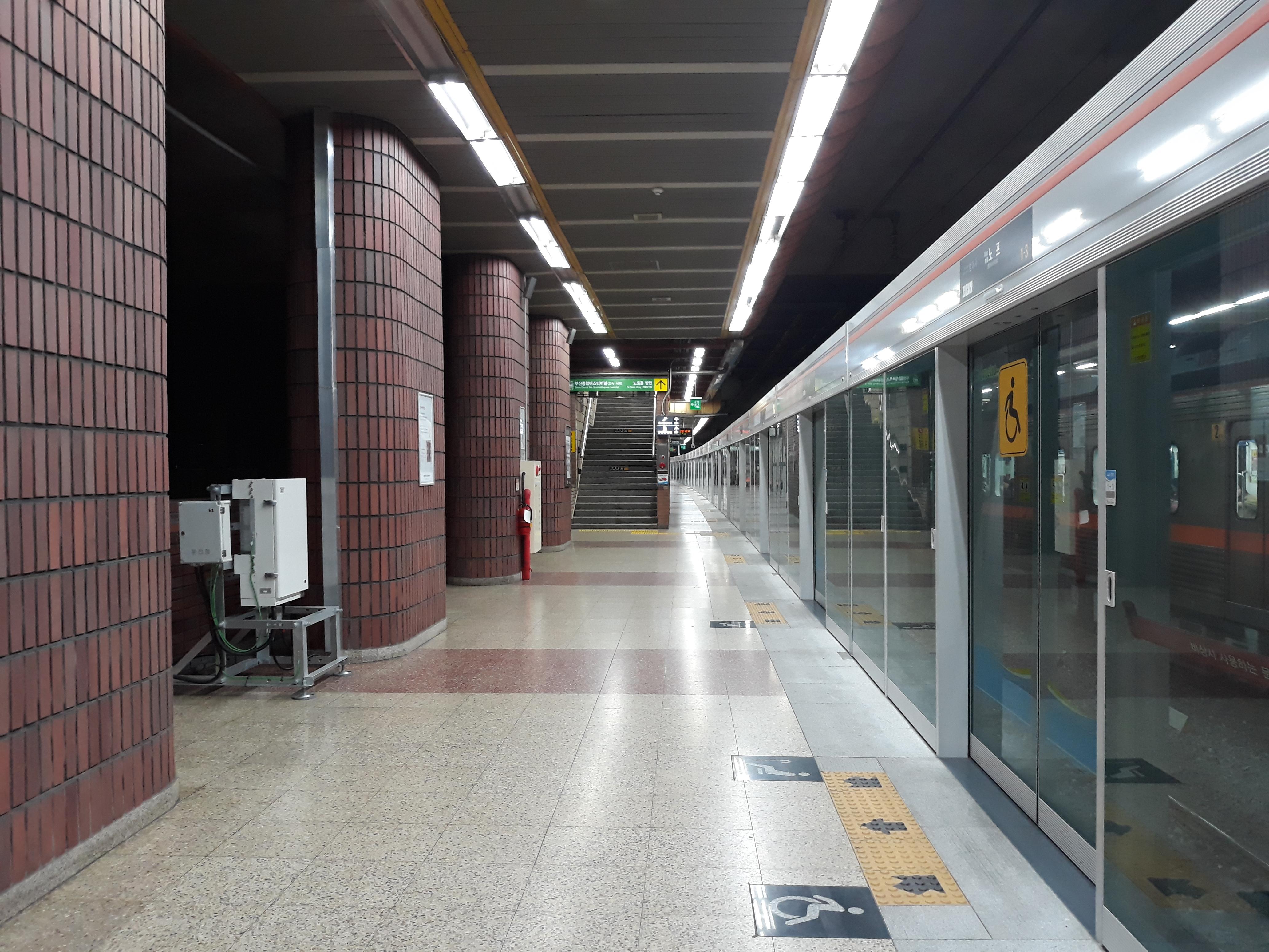 Nopo station platform 20180227 214430.jpg