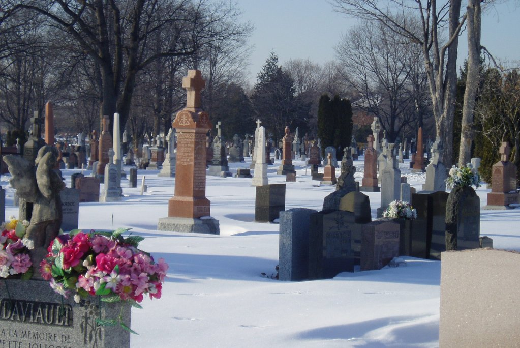 Le respect dû aux morts se perd au Québec et ailleurs dans le monde... - Page 2 Notre_Dame_Cemetery%2C_Ottawa