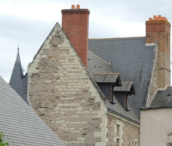Château Rivet: le logis principal, toitures, toit de tourelle à gauche, deux cheminées extérieures massives en briques, un pignon et quelques fenêtres et 2 lucarnes au dessus
