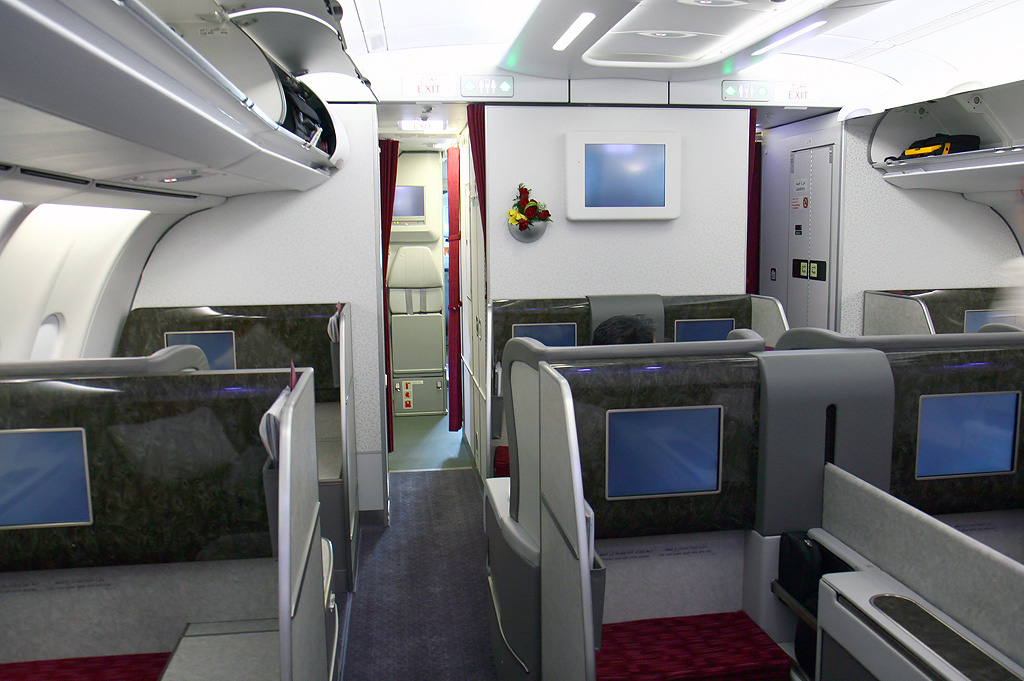File qatar airways a340 600 first class cabin wedelstaedt for Interieur airbus a340 600