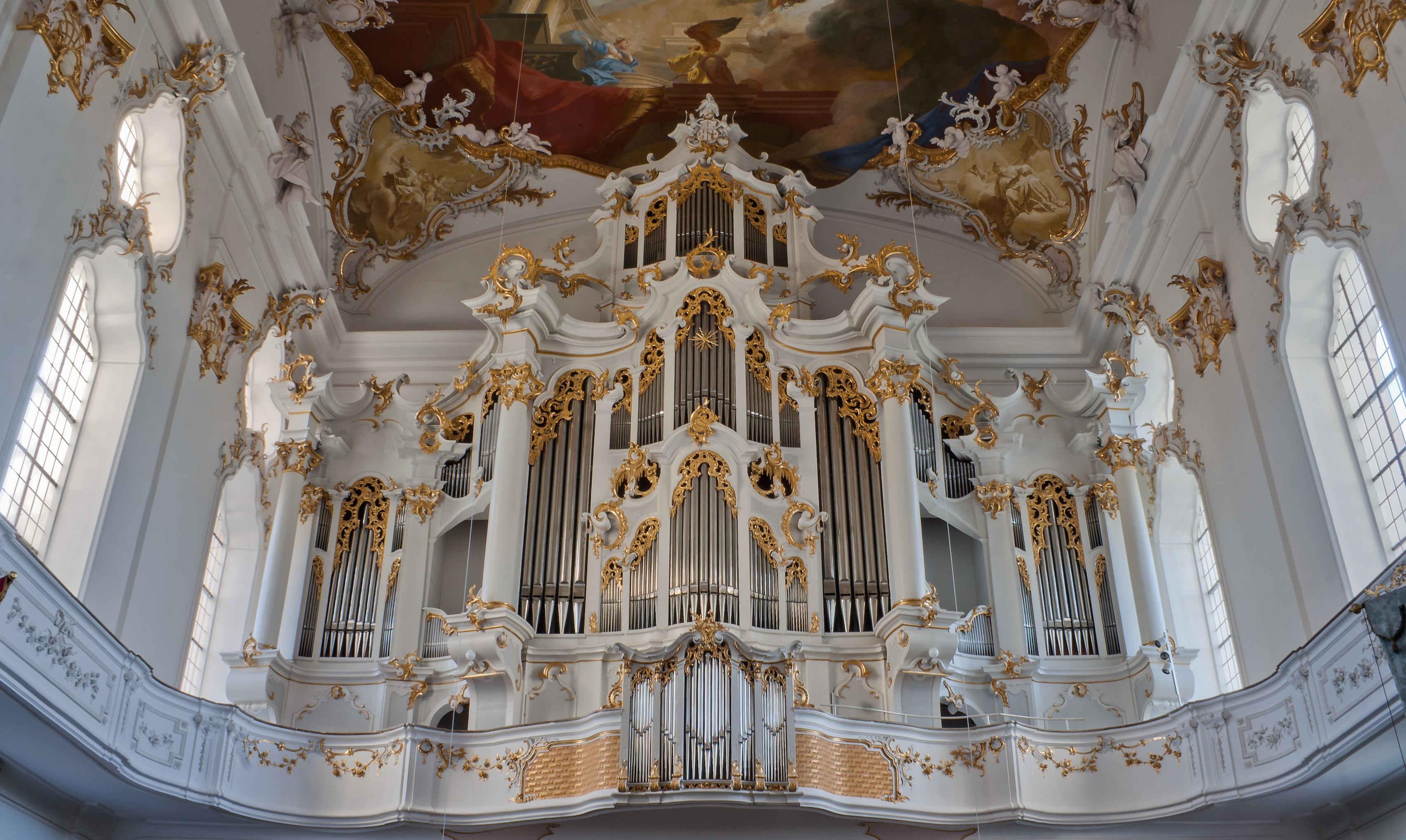 https://upload.wikimedia.org/wikipedia/commons/a/a3/Roggenburg_Klosterkirche_Orgel_2010_10_31.jpg