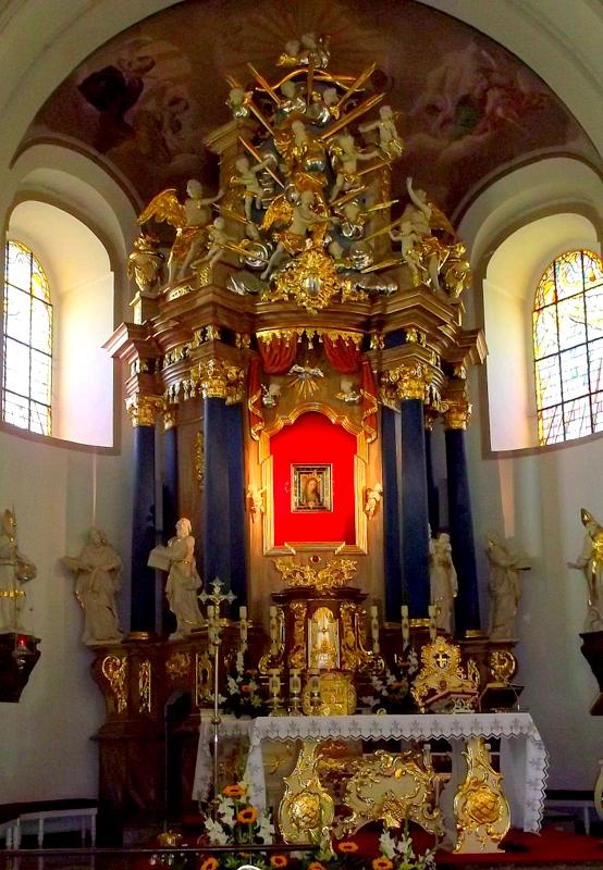 Rokitno, ołtarz główny w bazylice mniejszej Matki Bożej Cierpliwie Słuchającej.JPG